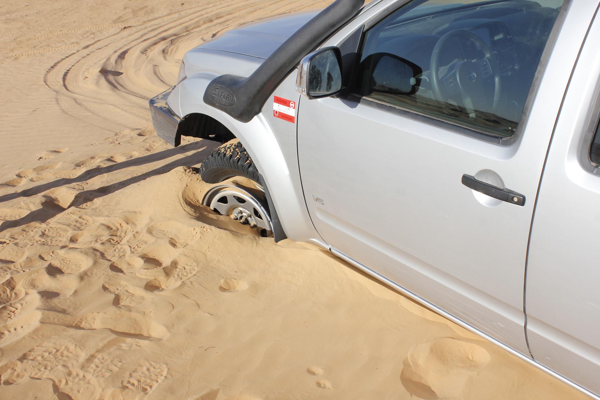 Eingraben im tiefen Sand